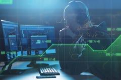 Хакер с баром прогресса на компьютерах в темной комнате стоковые изображения rf