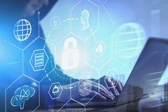 Хакер с ноутбуком, онлайн интерфейсом безопасностью стоковые изображения
