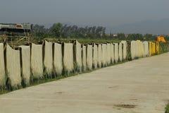 Ханой, Вьетнам: вермишель аррорута специальные въетнамские лапши сушится на бамбуковых загородках идя вперед стоковые фотографии rf