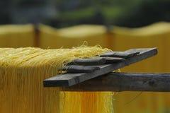 Ханой, Вьетнам: вермишель аррорута специальные въетнамские лапши сушится на бамбуковых загородках идя вперед стоковое фото rf