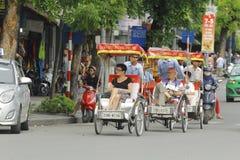Ханой, Вьетнам: Жизнь в Вьетнаме Cyclo около озера шпаг в Ханое, Вьетнаме Cyclo туристский корабль farvourite ` s стоковое изображение