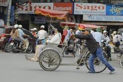 Ханой, Вьетнам: Жизнь в Вьетнаме Cyclo около озера шпаг в Ханое, Вьетнаме Cyclo туристский корабль farvourite ` s Стоковые Фото