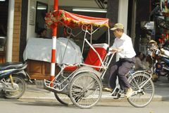 Ханой, Вьетнам: Жизнь в Вьетнаме Cyclo около озера шпаг в Ханое, Вьетнаме Cyclo туристский корабль farvourite ` s Стоковое Изображение RF