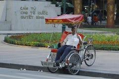 Ханой, Вьетнам: Жизнь в Вьетнаме Cyclo около озера шпаг в Ханое, Вьетнаме Cyclo туристский корабль farvourite ` s стоковые изображения
