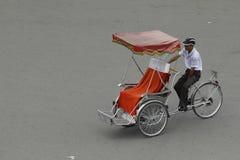 Ханой, Вьетнам: Жизнь в Вьетнаме Cyclo около озера шпаг в Ханое, Вьетнаме Cyclo туристский корабль farvourite ` s Стоковая Фотография