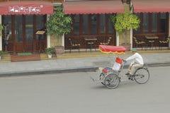 Ханой, Вьетнам: Жизнь в Вьетнаме Cyclo около озера шпаг в Ханое, Вьетнаме Cyclo туристский корабль farvourite ` s стоковое фото