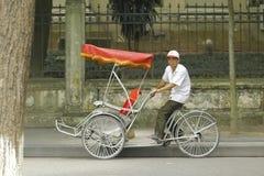 Ханой, Вьетнам: Жизнь в Вьетнаме Cyclo около озера шпаг в Ханое, Вьетнаме Cyclo туристский корабль farvourite ` s Стоковое фото RF