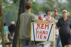 Ханой, Вьетнам - местный уличный торговец в центре города Ханоя, Вьетнама стоковые фото