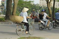 Ханой, Вьетнам - местный уличный торговец в центре города Ханоя, Вьетнама Стоковое фото RF
