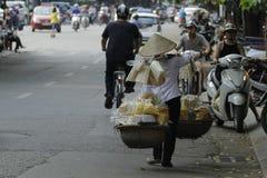 Ханой, Вьетнам - местный уличный торговец в центре города Ханоя, Вьетнама стоковые фотографии rf