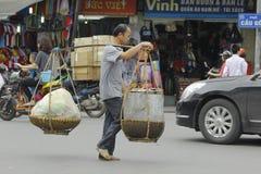Ханой, Вьетнам - местный уличный торговец в центре города Ханоя, Вьетнама стоковое изображение