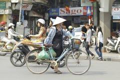 Ханой, Вьетнам - местный уличный торговец в центре города Ханоя, Вьетнама стоковое фото