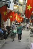 Ханой, Вьетнам - местный уличный торговец в центре города Ханоя, Вьетнама стоковые изображения
