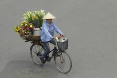 Ханой, Вьетнам - местный уличный торговец в центре города Ханоя, Вьетнама Стоковые Изображения RF