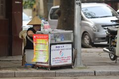 Ханой, Вьетнам - местный уличный торговец в центре города Ханоя, Вьетнама стоковая фотография