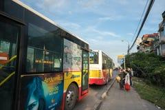 Ханой, Вьетнам - 11-ое августа 2017: Шина останавливая на автобусной станции на улице Nguyen Khoai Стоковое Изображение