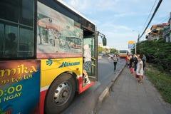 Ханой, Вьетнам - 11-ое августа 2017: Шина останавливая на автобусной станции на улице Nguyen Khoai Стоковые Изображения RF