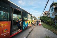 Ханой, Вьетнам - 11-ое августа 2017: Шина останавливая на автобусной станции на улице Nguyen Khoai Стоковое Фото