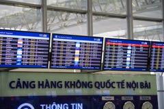 Ханой, Вьетнам - 29-ое апреля 2016: Дисплей СИД авиапорта на времена отправления и назначения на международном аэропорте Noi Bai стоковое фото rf
