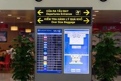Ханой, Вьетнам - 29-ое апреля 2016: Дисплей СИД авиапорта на времена отправления и назначения на международном аэропорте Noi Bai стоковые изображения