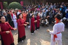 Ханой, Вьетнам - 22-ое июня 2017: Танцоры танцуя с традиционной фольклорной музыкой в общинном доме на так деревне, районе Quoc O стоковое фото rf