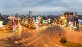 Ханой, Вьетнам - 15-ое мая 2016: Взгляд горизонта панорамы воздушный городского пейзажа Ханоя к twilight период на st Thang герцо стоковая фотография