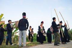 Ханой, Вьетнам - 15-ое ноября 2015: Люди этнического меньшинства выполняют традиционный танец моля для дождя в деревне въетнамско стоковые фото