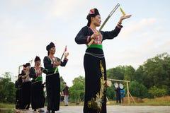 Ханой, Вьетнам - 15-ое ноября 2015: Люди этнического меньшинства выполняют традиционный танец моля для дождя в деревне въетнамско стоковое изображение rf