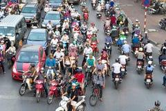 Ханой, Вьетнам - 11-ое октября 2016: Вид с воздуха движения на улице Ла Dai на часе пик Стоковые Изображения