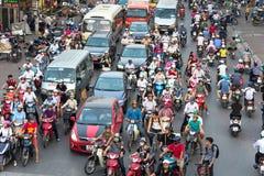 Ханой, Вьетнам - 11-ое октября 2016: Вид с воздуха движения на улице Ла Dai на часе пик Стоковая Фотография RF