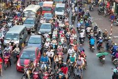 Ханой, Вьетнам - 11-ое октября 2016: Вид с воздуха движения на улице Ла Dai на часе пик Стоковые Фотографии RF