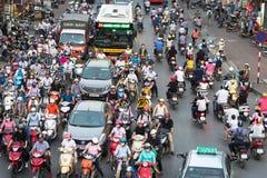 Ханой, Вьетнам - 11-ое октября 2016: Вид с воздуха движения на улице Ла Dai на часе пик Стоковое фото RF