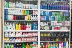 Ханой, Вьетнам - 25-ое октября 2015: Косметика и здравоохранение ходят по магазинам в улице Ханоя с большим разнообразием продукт Стоковое фото RF