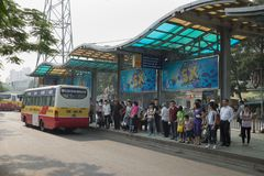 Ханой, Вьетнам - 25-ое октября 2015: Линия шины людей ждать на автобусной станции в городе Ханоя Стоковое Фото