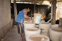 Ханой, Вьетнам - 2-ое января 2016: Внутри мастерской продукции глины гончарни в деревне Trang летучей мыши старой керамической Де Стоковое Изображение