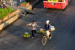 Ханой, Вьетнам - 23-ье июля 2016: Вид с воздуха въетнамских поставщиков женщины нося плодоовощ на улице Phu иен в рано утром Стоковые Изображения