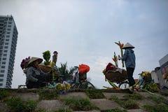ХАНОЙ ВЬЕТНАМ - NOV6,2017: цветок расположения женщины Вьетнама дальше Стоковые Фото