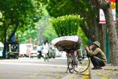 ХАНОЙ -24th апрель 2013, неопознанный поставщик цветка в улице в Ханое Вьетнаме Это специфическая традиция в Ханое стоковые фото