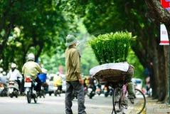ХАНОЙ -24th апрель 2013, неопознанный поставщик цветка в улице в Ханое Вьетнаме Это специфическая традиция в Ханое Стоковые Изображения