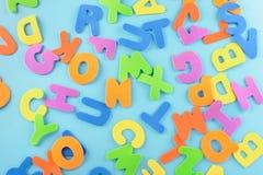 Хаотически разбросанный алфавит Предпосылка пестротканых писем Стоковая Фотография RF
