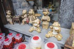 Характеристики малого figurine глины магазина ремесленничества стоковое изображение