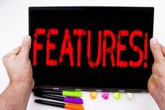 Характеристики отправляют СМС написанный на таблетке, компьютере в офисе с отметкой, ручкой, канцелярскими принадлежностями Конце стоковые изображения
