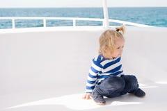Характеристики ребенк дружелюбные Туристическое судно семейного отдыха полностью включительное путешествие Малыш мальчика ребенк  стоковые изображения rf