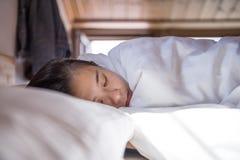 Характеристики ухода за лицом девушки спать стоковые изображения