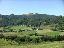 Характерный зелёный ландшафт вулканов Auvergne в Франции Стоковые Фотографии RF