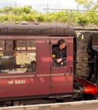 Характеры в 40's костюмируют склонность из окна поезда Стоковая Фотография