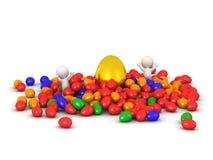 характеры 3D с золотым пасхальным яйцом и красочными пасхальными яйцами Стоковые Фото