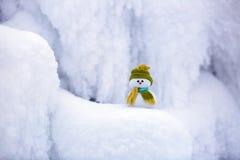 Характер сказки снеговик в шляпе и шарфе Стоковые Изображения