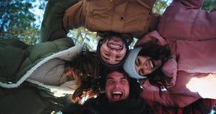 Харизматические смешные друзья наслаждаясь временем все вместе в середине друзей делают круг над видеокамерой сток-видео