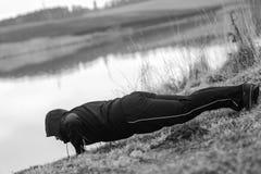 Харизматический спортсмен делает тренировки спорт озером Стоковые Изображения RF